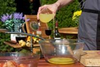 A potom do marinovacej zmesi pridáme šťavu z čerstvých citrónov.