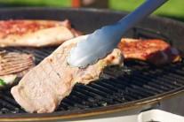 Gril rozpálime na nepriame grilovanie a plátky grilujeme po dobu 5 - 6 minút z každej strany, kým sa nezačne na mäse objavovať typické zlatohnedé mriežkovanie. Minimálne jedenkrát potrieme zvyškom marinády. Servírujeme teplé so zeleninovou oblohou a čerstvým pečivom. Môžeme tiež podávať s omáčkami k mäsu Weber.