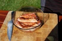 Po vybratí z chladu necháme mäso ohriať pri izbovej teplote po dobu 30 minút. Rýchlejšie sa nám potom na grile prehreje.
