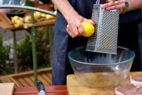 Následne k oleju pridáme citrónovú šťavu a strúhanú kôru, nasekaný čerstvý tymián, trený cesnak a hrubé korenie. V prípade, že nemáme čerstvý tymián, môžeme použiť aj sušený.