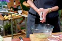 Cesnak do marinády prelisujeme na lise na cesnak alebo roztlačíme nožom a najemno nasekáme.