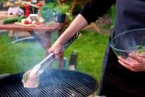 Gril rozpálime na strednú teplotu na priame grilovanie a plátky mäsa grilujeme po dobu 5 - 7 minút z každej strany. Pri našom grilovaní sme použili gril Weber One - Touch Premium v krémovej farbe.