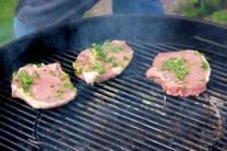 Mäso priebežne kontrolujeme, kým sa na kotletách nezačne tvoriť typické zlatohnedé mriežkovanie. Na grilovanie sa nám veľmi osvedčili Weber dlhohoriace brikety.