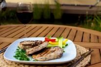 Grilované kotlety podávame s čerstvým pečivom a ľubovoľným zeleninovým šalátom. Pre spestrenie môžeme ponúknuť niektorú z lahodných omáčok ku grilovanému mäsu z radu Weber.