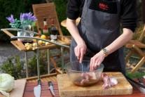 Mäso v marináde pekne obalíme, misu prekryjeme potravinárskou fóliou a uložíme do chladu. Marinovať môžeme niekoľko hodín, ak nemáme čas, postačí nechať mäso nakladať po dobu 1 hodiny.