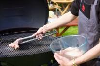 Naložené mäso vkladáme na rozpálený grilovací rošt. Grilujeme metódou nepriameho grilovania. My sme vyskúšali plynový gril Weber Q320, ktorý má dve vykurovacie špirály, jednu pre priame a druhú pre nepriame grilovanie. Regulácia teploty na tomto grile je veľmi jednoduchá.
