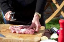 Bravčovú krkovičku naklepeme tĺčikom na mäso alebo tupou hranou noža. Osolíme, okoreníme a odložíme stranou do chladu. Mäso nakupujeme na grilovanie vždy čerstvé, nezmrazené, najlepšie na farmárskych trhoch alebo priamo od chovateľa.