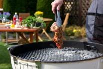 Pred vložením na gril mäso zľahka osušíme. Krkovičku grilujeme metódou priameho grilovania z každej strany po dobu 6 - 8 minút. Mäso kontrolujeme a priebežne otáčame. V priebehu grilovania môžeme potrieť ešte raz zvyškom marinády.