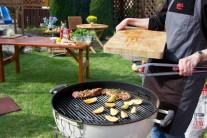 Ako prílohu ku grilovanej krkovičke je možné opiecť na grile štvrťky nakrájaných zemiakov, ktoré pred vložením do grilu potrieme zľahka olejom.