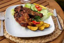 Výsledný efekt prerasteného mäsa krkovičky, zemiakových štvrtiek pečených na grile a pestrej zeleninovej oblohy je jednoducho skvostný.
