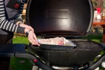 Misku s kolenom vložíme do ľubovoľného grilu, my sme mali možnosť vyskúšať v praxi plynový gril Werber Q320 v čiernej farbe. Mäso grilujeme nepriamo pri teplote 200 - 250 stupňov po dobu 2 - 2,5 hodiny.