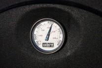 Teplotu grilu treba strážiť a regulovať. V prípade plynového grilu Weber Q320 je regulácia teploty veľmi jednoduchá pomocou termoregulátorov. Fotografia je dôkazom toho, že v grile dosiahneme naozaj vysokých teplôt.