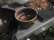 Horúcu vyškvarenú masť opatrne prelejeme do pripravenej nádoby, napr. keramického hrnca.