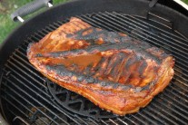 Pri grilovaní bravčového boku je mäso uprostred grilu a máme zatvorený poklop.