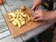 Teraz sa pustíme do prílohy. Hranolky síce nie sú tradičným partnerom bravčového rezňa, ale to nám nevadí. Zemiaky nakrájame na malé hranolčeky.