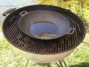 Zapálime gril a necháme rozpáliť panvicu. Potom do nej nalejeme primerané množstvo oleja. Hranolky aj rezne však môžeme smažiť aj na živočíšnom tuku. Napríklad na bravčovej masti.