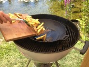 Keď je olej rozpálený, vysypeme do panvice zemiakové hranolky.