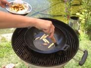 Hotové hranolky vyberieme z panvice, aby uvoľnili miesto naklepaným, obaleným a ochuteným rezňom.