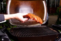 Marinovavé rebierka položíme na rozpálený rošt.