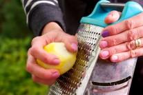 Do marinády patrí tiež citrónová kôra.