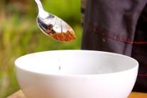 Teraz si pripravíme marinádu. Budeme na to potrebovať 3 lyžičky kávového korenia s chili....