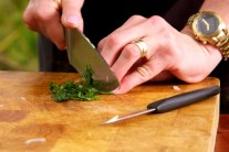 K bravčovému boku si môžeme pripraviť jednoduchú cesnakovo-paprikovú omáčku.