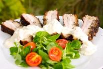 K bravčovému boku s estragónom a cesnakovo-paprikovou omáčkou podávame čerstvú zeleninu s pečivom.