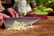 Cesnak nasekáme nadrobno, môžeme ho tiež prelisovať alebo utrieť s trochou soli.