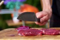 Steaky zľahka naklepeme tĺčikom na mäso alebo tupou hranou noža. Mäso nesolíme, odložíme bokom a pripravíme si marinádu.