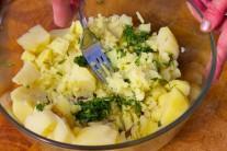 Zmes bazalky a oleja zmiešame s varenými zemiakmi, niektoré zemiaky roztlačíme, u niektorých môžeme nechať kúsky väčšie. Ochutnáme, poprípade ešte dochutíme.