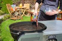 Mäso grilujeme na priamom žiare, pre stredné prepečenie grilujeme z každej strany po dobu 3 - 4 minút. V našom prípade sme grilovali na grile Weber Performer Touch-N-Go 57 bez deleného roštu. Opečené mriežky na mäse sme dosiahli otáčaním mäsa v rôznych uhloch.