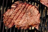 Ugrilovaný steak má vo finále veľmi lákavú farbu a opečené mriežky mu dodávajú nádych luxusu. Zvyšnú marinádu prehrejeme a necháme zredukovať na polovicu.