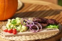 Servírujeme na nahriatych tanieroch alebo na drevenom lopári, s pripravenými zemiakmi a zeleninovou oblohou. Hotový steak pokvapkáme zredukovanou marinádou.