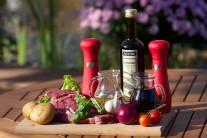 Na prípravu steaku na červenom víne s popučenými zemiakmi si pripravíme predovšetkým pekné steaky z roštenky, červenú cibuľu, balzamikový ocot, červené víno, olivový olej, cesnak, čerstvú bazalku a pekné zemiaky, najvhodnejší je varný typ A.