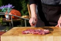 K príprave steakov so soľou a korením nepotrebujeme žiadne zvláštne suroviny. Postačia nám kvalitné steaky z vysokej roštenky hrubé cca 2 cm, soľ, korenie a kvalitný olivový olej.