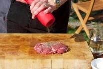 Pri našom grilovaní sme používali koreničky Weber v červenej farbe. Silikónový povrch a porcelánový mlecí mechanizmus nám učaroval.