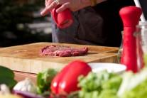 Steaky potrieme olejom a okoreníme. Solíme až pri servírovaní.