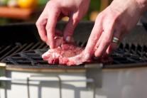 Naložené mäso vkladáme do stredu grilu, rozohriatého na priame grilovanie. My sme v tomto prípade použili v grile vložený Gourmet BBQ systém - Sear Grate s grilovacím roštom.