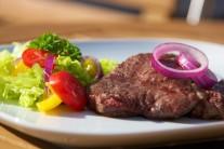 Servírujeme na nahriatych tanieroch alebo drevenom lopári. Solíme až pri podávaní. Ako príloha sa hodí čerstvé pečivo a šalát z čerstvej zeleniny.