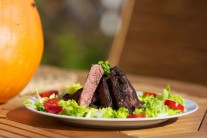 Rib eye steak môžeme servírovať napríklad s čerstvou zeleninou, s hranolkami či americkými zemiakmi, alebo aj s čerstvým chlebom a iným pečivom.