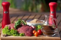 Na prípravu budeme potrebovať pekné steaky z vysokej roštenky, mletú kávu, soľ, korenie, mleté nové korenie a olivový olej. Na prílohu potom pečivo a obľúbenú zeleninu.