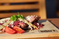 Flank steak so špargľou a posypaný sezamovými semienkami servírujeme s čerstvou zeleninou a chlebom, či iným pečivom.