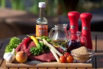 Na prípravu grilovaného flank steaku so špargľou budeme potrebovať hovädzí pupok, cesnak, olivový olej, tabasco, cibuľu, zelenú petržlenovú vňať, špargľu, víno a sezamové semienka.