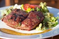 Na steaky si pripravíme marinádu z nasekanej bazalky, cibuľky, citrónovej šťavy, soli, korenia, oleja. V mise dôkladne premiešame a vložíme mäso, necháme 1 hodinu odležať a potom grilujeme metódou priameho grilovania po dobu 4 - 6 minút z každej strany.