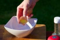 Z vajec použijeme na zálievku iba žĺtky, tie vložíme do menšej misky. Vajcia rozklepávame po jednom v ďalšej nádobe, aby sme si prípadným skazeným kusom neznehodnotili ostatné suroviny.