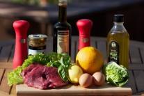 Na prípravu rump steaku si pripravíme plátky z hovädzieho stehna, olej, ocot, čerstvú bazalku, citrónovú šťavu, soľ, korenie. Na svieži šalát budeme potrebovať krehký šalát, pomaranč, little gem alebo čakankový puk, ďalej ešte žĺtky a hrubozrnnú horčicu.