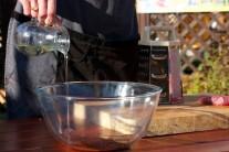 V mise zmiešame olej so sekaným tymiánom a rozmarínom. Pred vložením mäsa do oleja s bylinkami mäso osolíme a okoreníme.