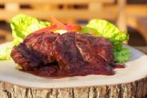 Pretlak, víno, vývar a korenie zvaríme v kastróliku na grile alebo na variči na 1/2 pôvodného objemu. Touto omáčkou steaky pri servírovaní polievame.