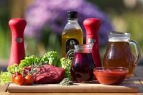 Na steak z falošnej sviečkovej si pripravíme pekné steaky. Najlepšie je kupovať mäso u známeho mäsiara alebo priamo od chovateľa. Ďalej nám nesmie chýbať hovädzí vývar, červené víno, paradajkový pretlak, tymián - čerstvý alebo sušený, korenie rozmarín a soľ.