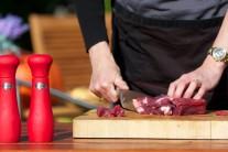 Mäso najprv, ak je treba, odblaníme a pokrájame na úhľadné kocky o hrane cca 3 cm.